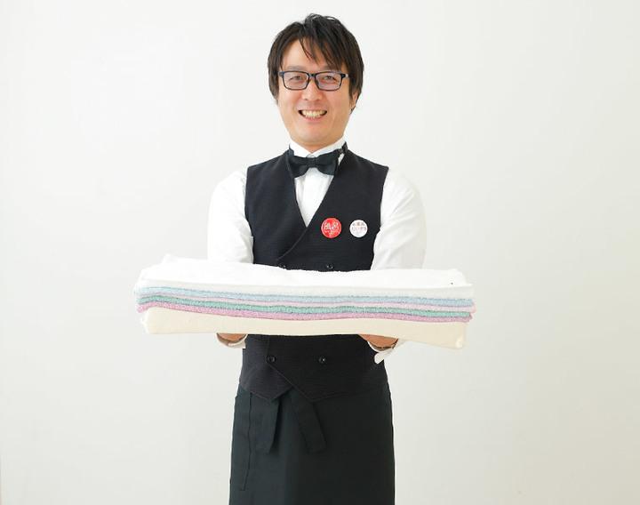 今治バスタオルピローを抱える松永武氏